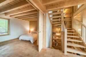 Chalet Burzier-Chambre ouverte et escalier-pierre Brac