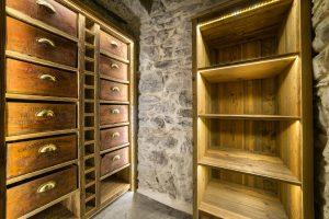 42-Étagère et placard Maison forte rénovée Passy Tema Architectes